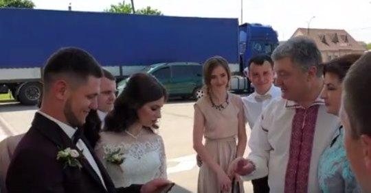 На заправці в Коломиї пара молодят зустріла Петра Порошенка і ось що з цього вийшло. Відео!