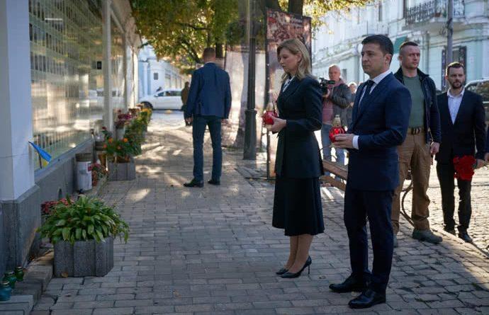 Без пафосу та сотні охоронців! Володимир та Олена Зеленські вшанували пам'ять загuблuх за єдність України!