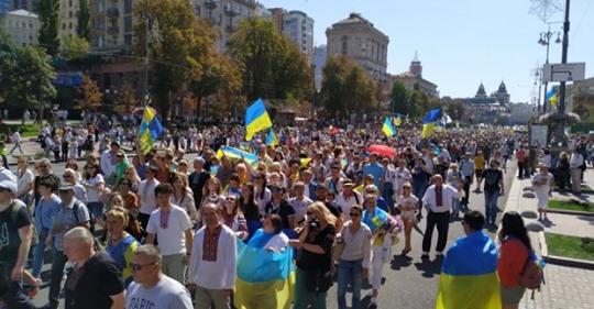 Майдан в диму: «Ні капітуляції!», «Героям слава!», «Путін Х*йло!», «Зелю геть!», — десятки тисяч людей зібрались на головній площі країни (відео)