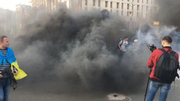 Центр Киева в огне: участники марша «Ні капітуляції» зажгли факелы, на подходе силовики