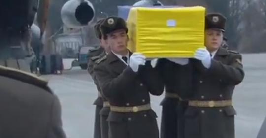 Труни, загорнуті у прапор України: з'явилися несамовиті фото з «Борисполя»