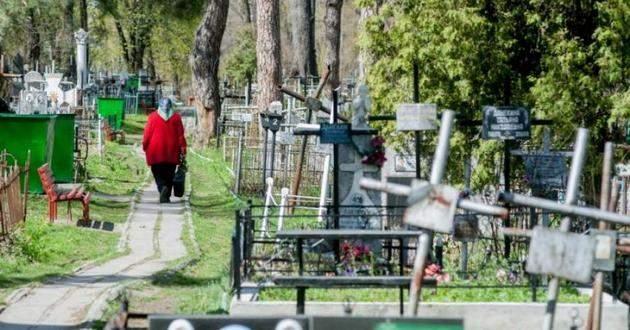 «Проводы» отменяются: полиция «запретила» кладбища в поминальные дни