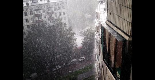 Прямо у ці хвилини потужна стихія жорстоко карає Москву. Місцеві такого не памятають (відео)