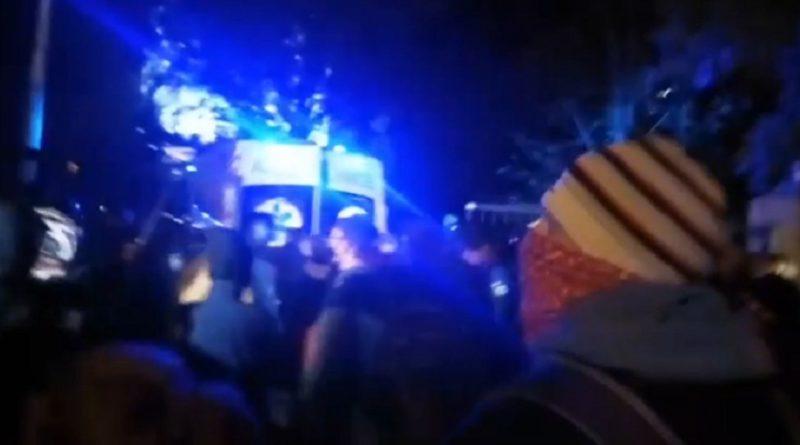 Прямо в ці хвилини! Київ! Гаряче! Між поліцією та активістами бійня! Дивіться, що там робиться (ВІДЕО)