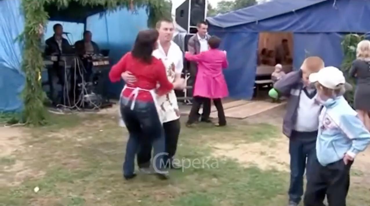 Гарна забава на сільському весіллі п0корила всіх! Це віде0 вже стало хіт0м в інтернеті…