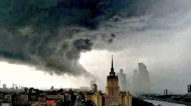 Люди рятуються хто як може! В Москві в ці хвилини почалася небачена раніше рyйнiвнa стиxiя, яка змиває столицю під воду (вiдeо)